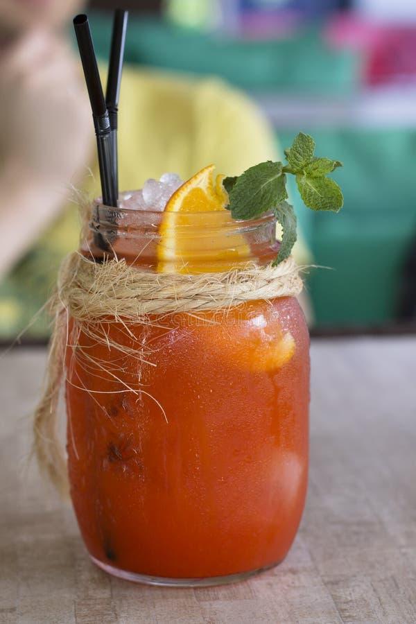 Kall fruktcoctail för sommar på en kafétabell fotografering för bildbyråer