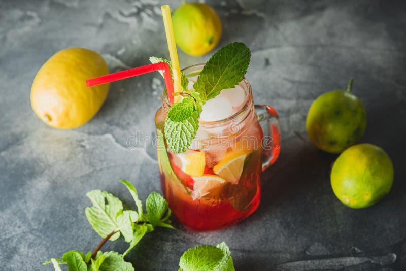 Kall fruktdrink för friskhet med limefrukt- och mintkaramellsidor Naturlig drink arkivbild
