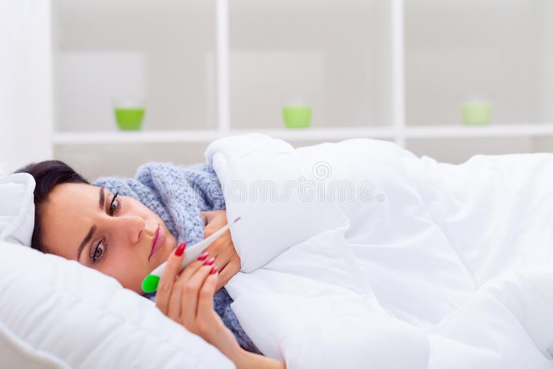 kall influensa Stående av dåligt kvinna fångad förkylning, kännande sjuk royaltyfri fotografi
