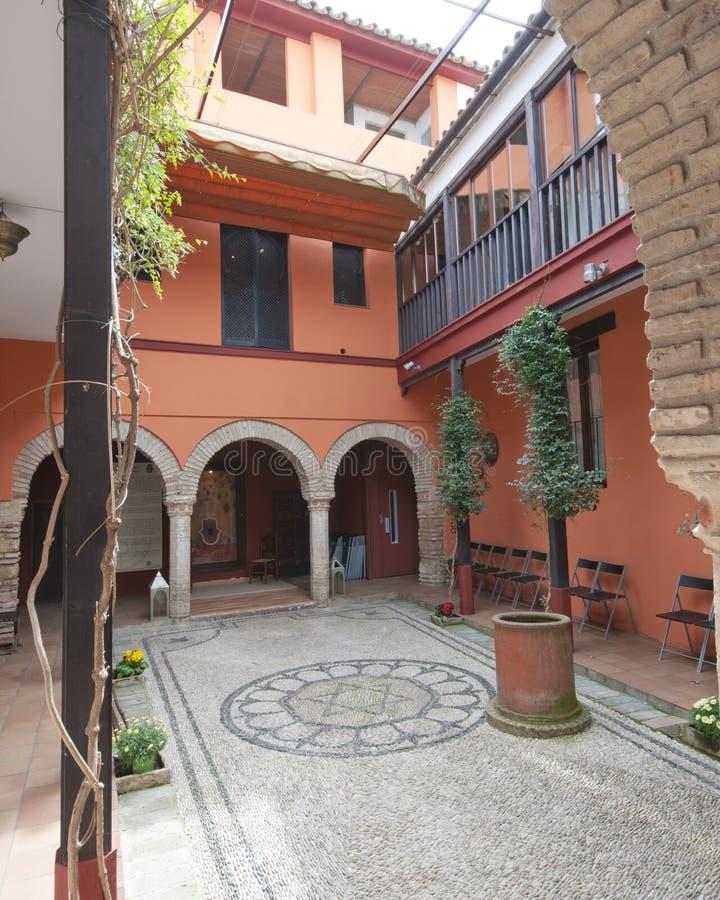 Kall inre borggård i Cordoba, Spanien royaltyfri bild