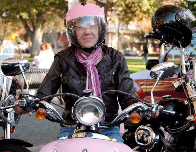 kall kvinnlig för cyklist arkivfoton