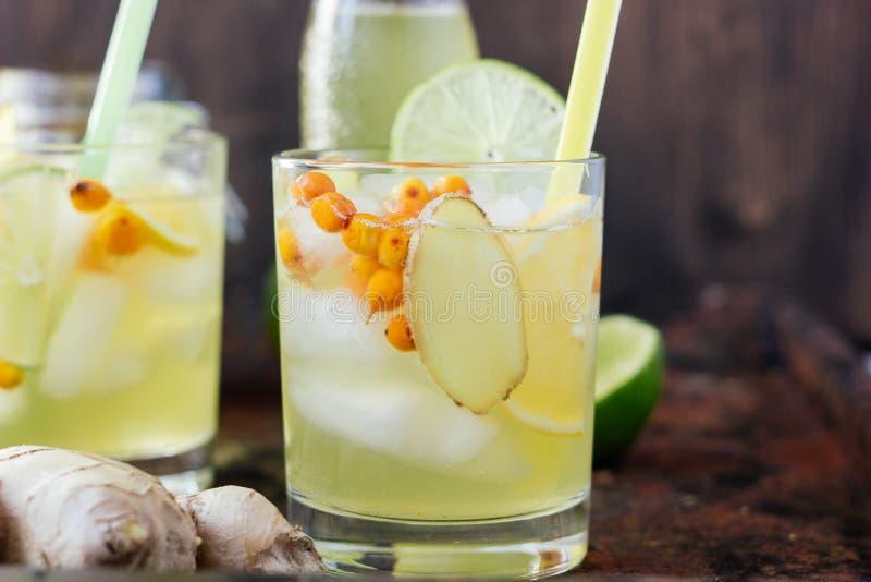 Kall lemonad med ingefäran, limefrukt och havsbuckthornen royaltyfri fotografi