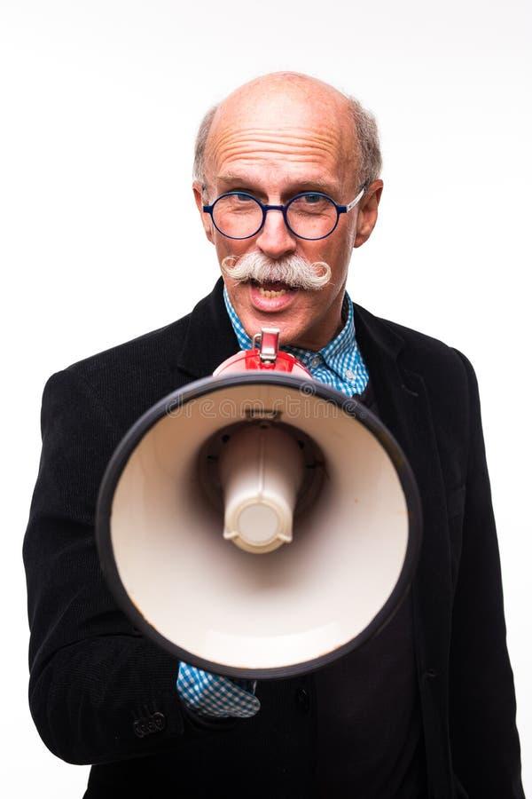 Kall man för pensionär med en megafon på vit bakgrund royaltyfri fotografi