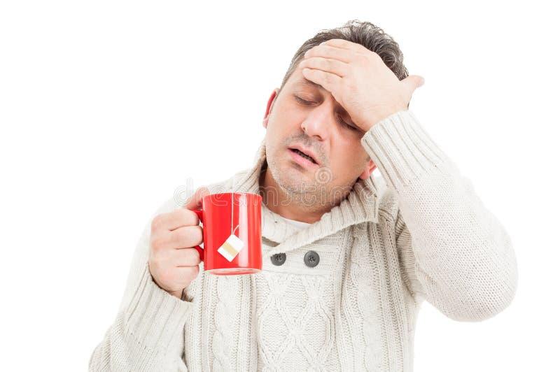 Kall man med hög feber och huvudvärk royaltyfri foto