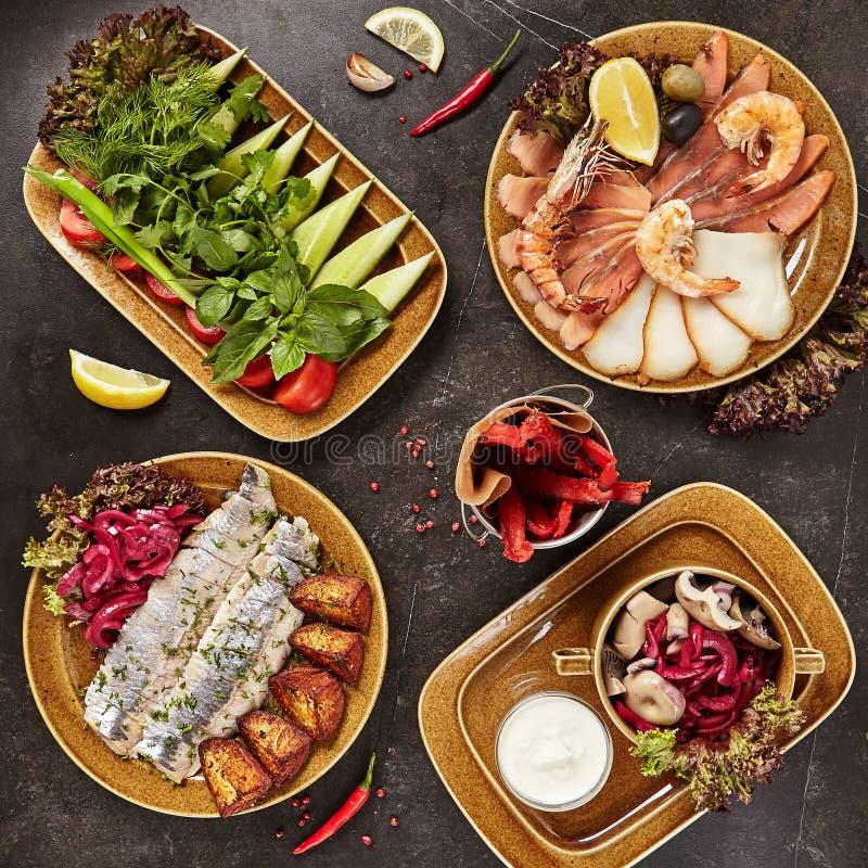 Kall mellanmålsamling med nya grönsaker, skaldjur och knipor arkivfoton