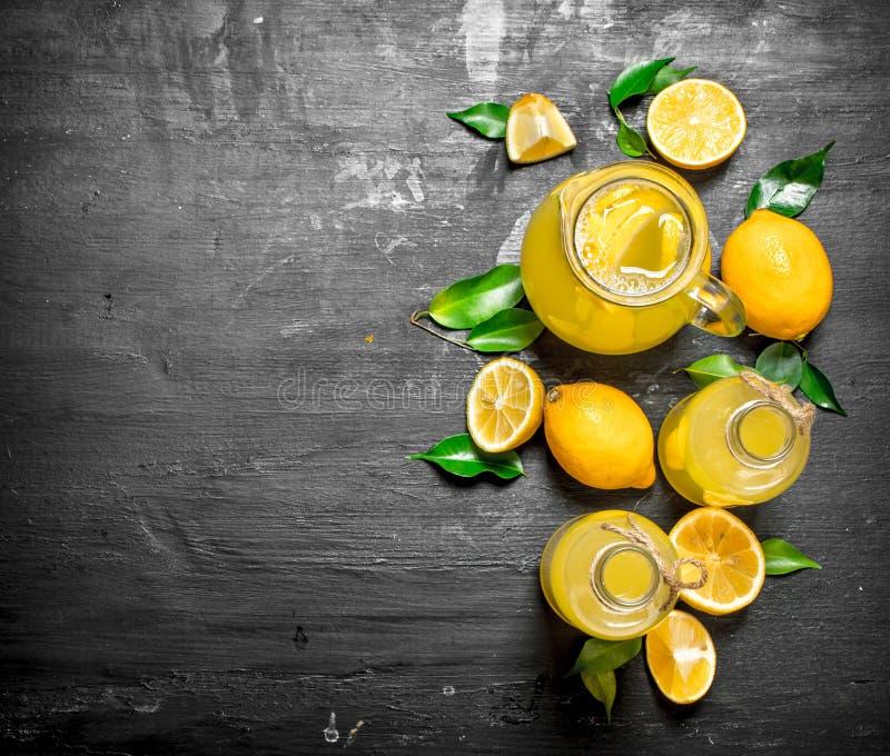 Kall ny lemonad med skivor av mogna citroner royaltyfria bilder