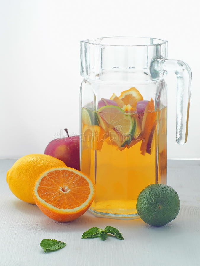 Kall ny lemonaddrink Uppfriskande sommarsangria royaltyfri foto