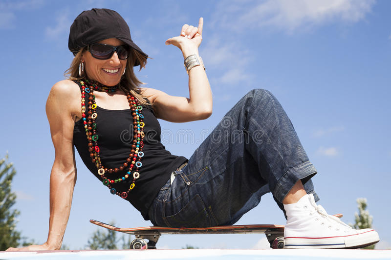 Kall skateboardkvinna royaltyfri fotografi