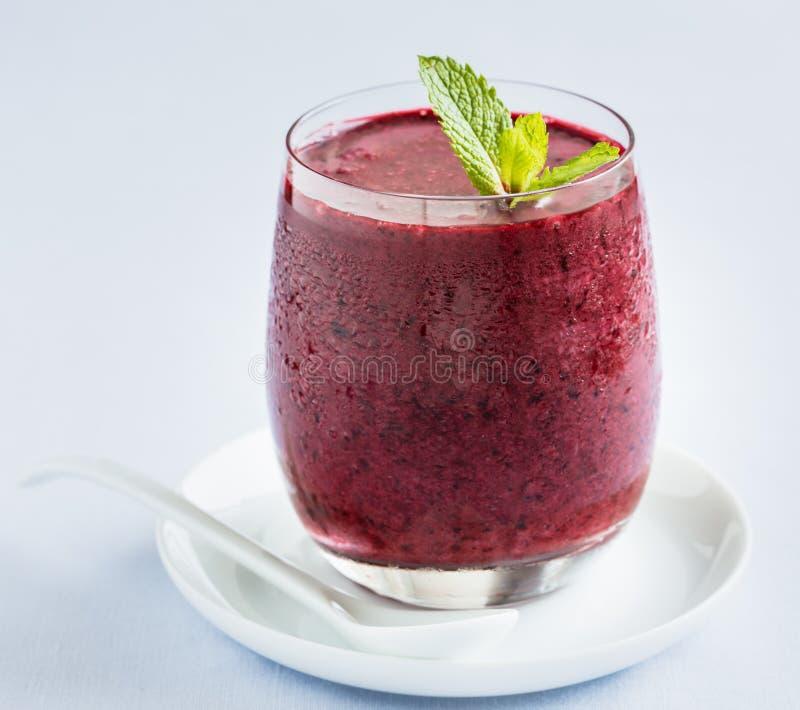 Kall smoothie med blåbär arkivbilder