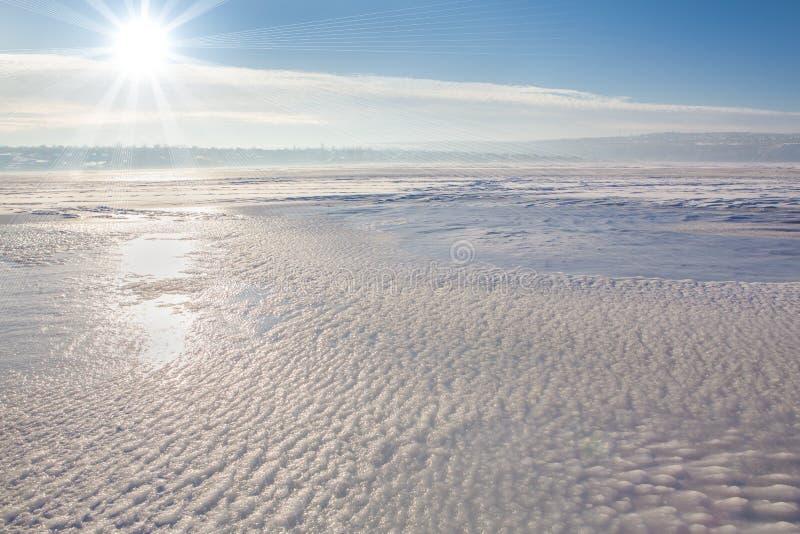 Kall sol över den djupfrysta sjön royaltyfria foton