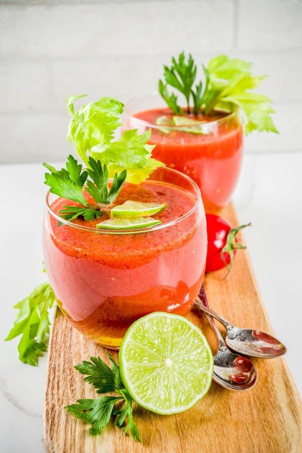 Kall soppagazpacho i exponeringsglas royaltyfria bilder