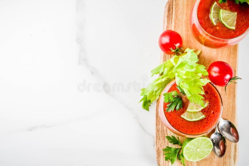 Kall soppagazpacho i exponeringsglas arkivfoto