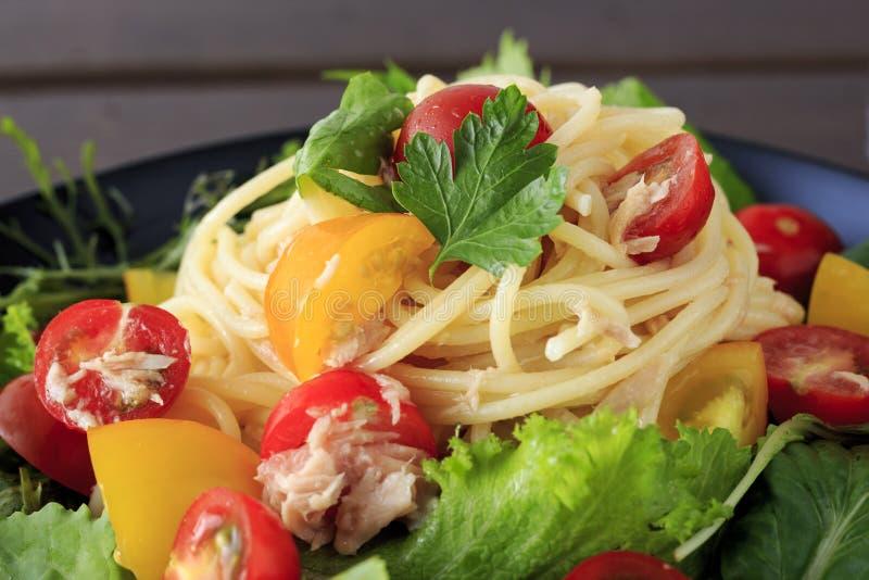 Kall spagetti med tonfisk och tomaten royaltyfria foton