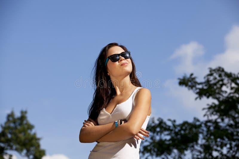 kall tonårs- flickasolglasögon för brunett arkivbilder