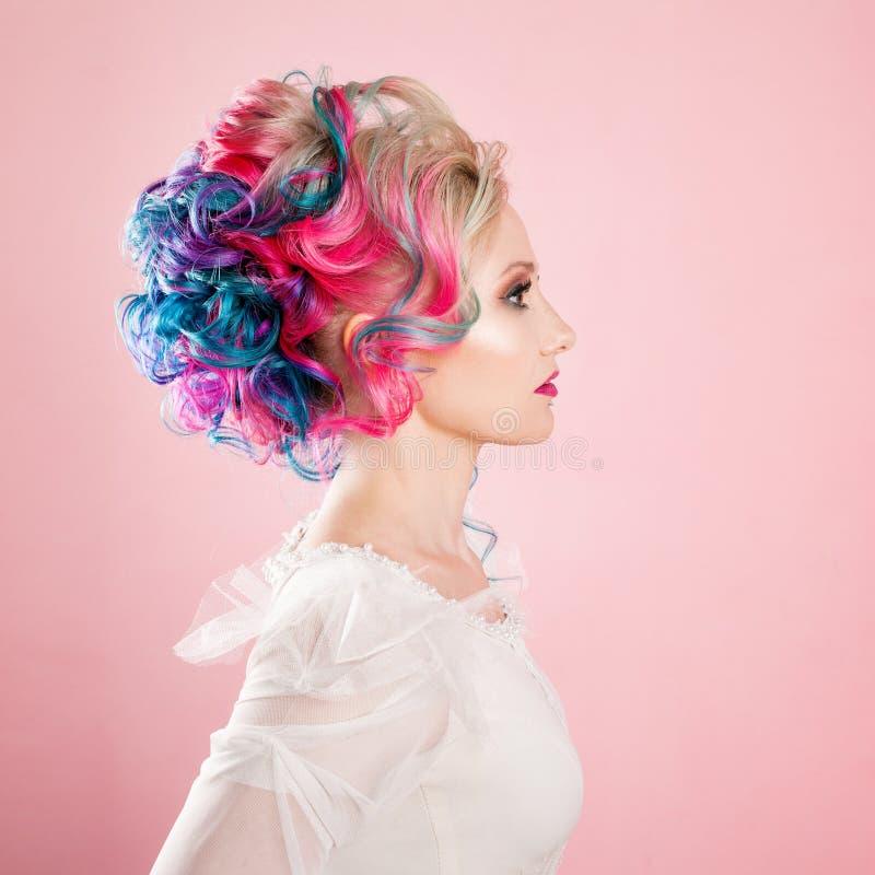 Kall ung kvinna med kulört hår Stilfull frisyr, informell stil royaltyfri fotografi