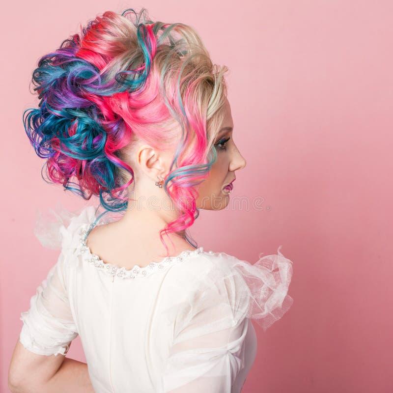 Kall ung kvinna med kulört hår Stilfull frisyr, informell stil arkivfoton