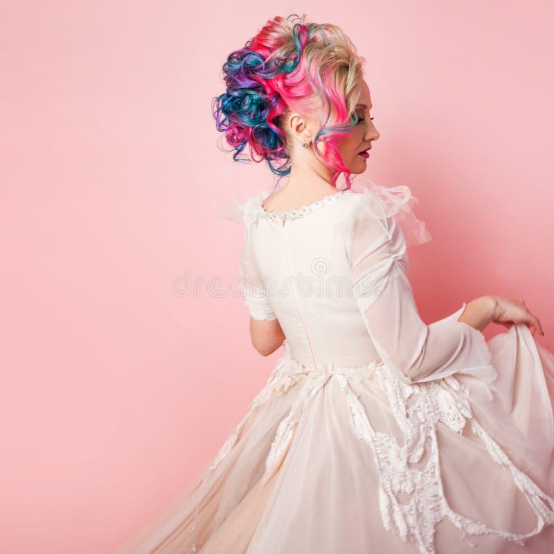 Kall ung kvinna med kulört hår Stilfull frisyr, informell stil royaltyfri bild