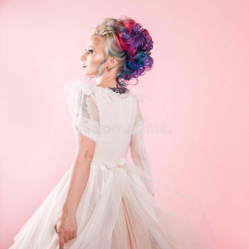 Kall ung kvinna med kulört hår Stilfull frisyr, informell stil royaltyfria bilder