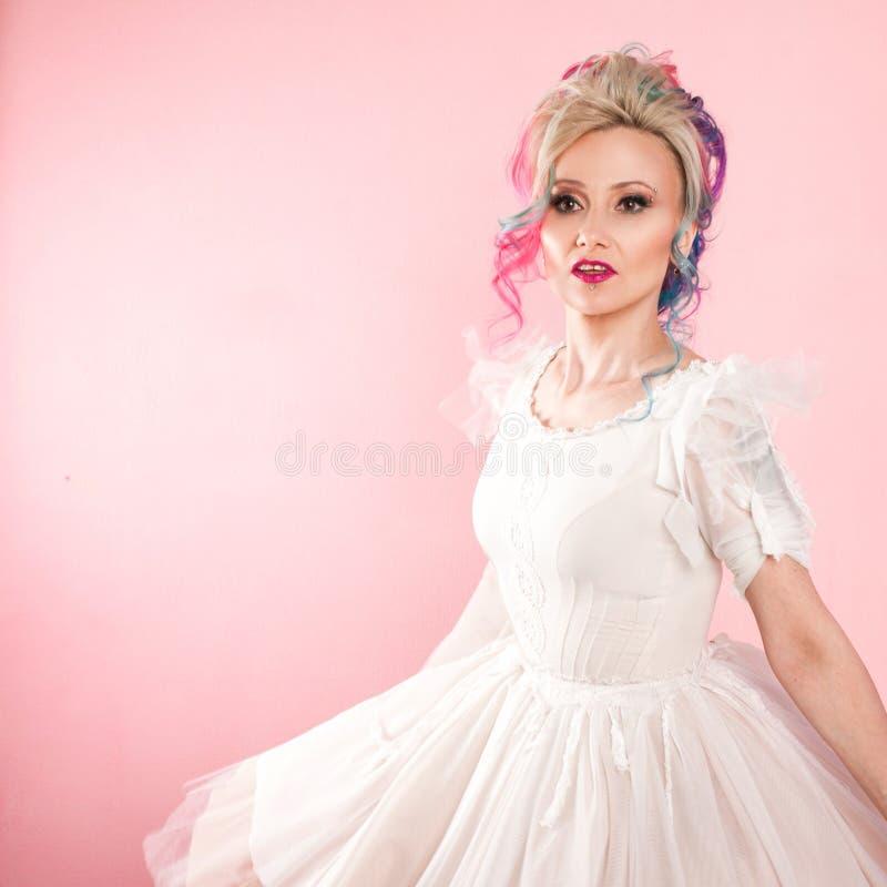 Kall ung kvinna med kulört hår Stilfull frisyr, informell stil fotografering för bildbyråer