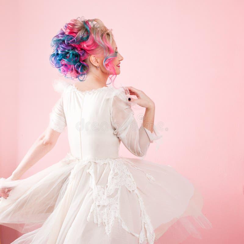 Kall ung kvinna med kulört hår Stilfull frisyr, informell stil arkivbild
