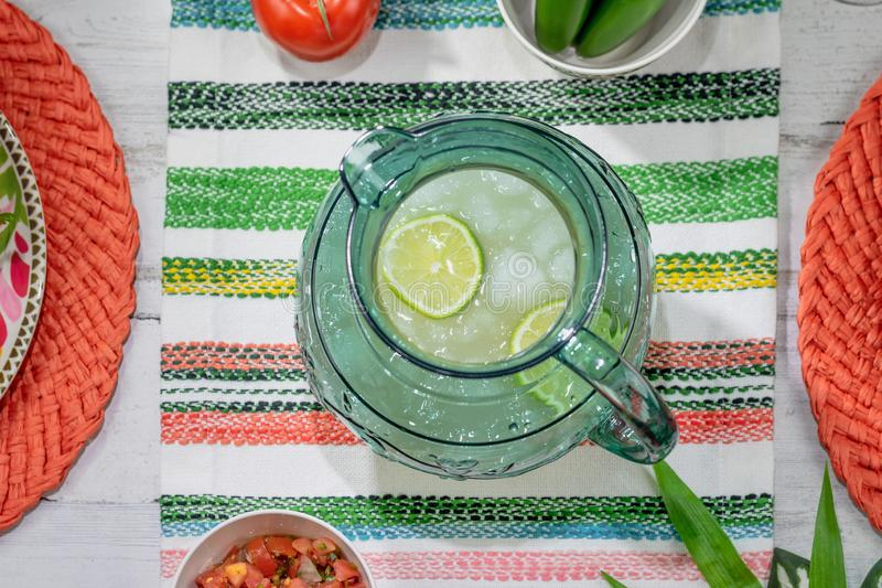 Kall uppfriskande kanna av margaritor som firar Cinco de Mayo royaltyfria foton
