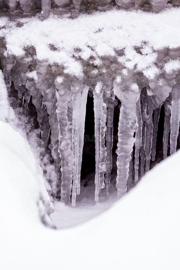 Kall vinterdag med många istapp royaltyfria foton