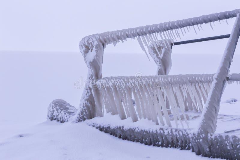 Kall vinterdag med många is på hamnen arkivfoto