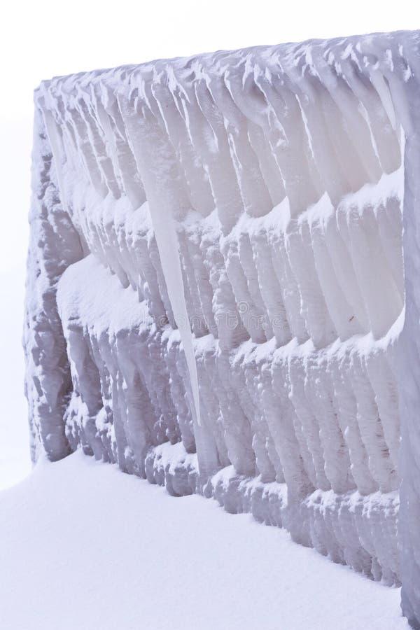 Kall vinterdag med många is på hamnen på sjön Balaton arkivbild