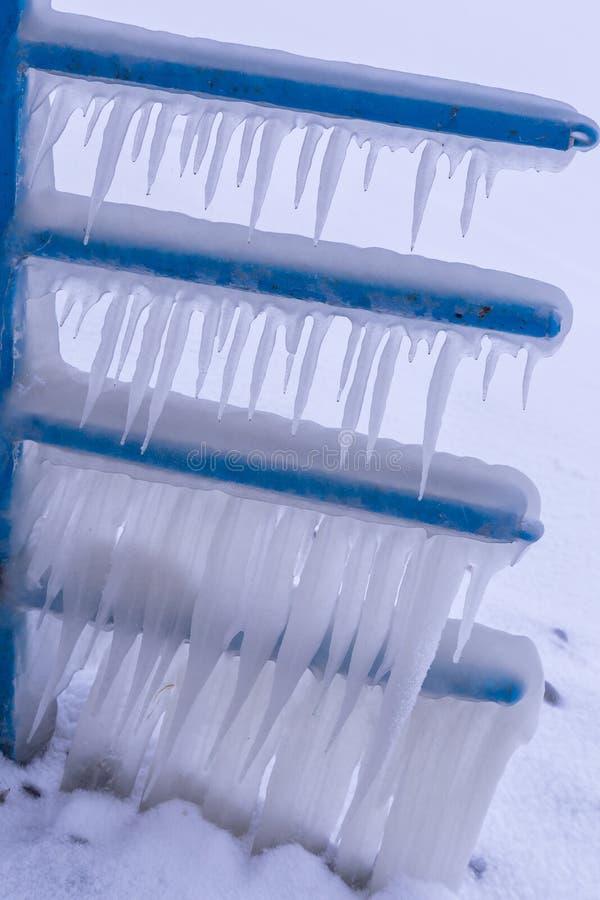 Kall vinterdag med många is på hamnen på sjön Balaton royaltyfri fotografi