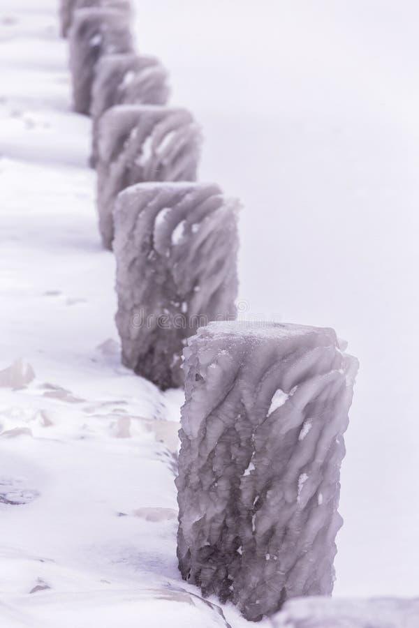 Kall vinterdag med många is på hamnen på sjön Balaton royaltyfria bilder
