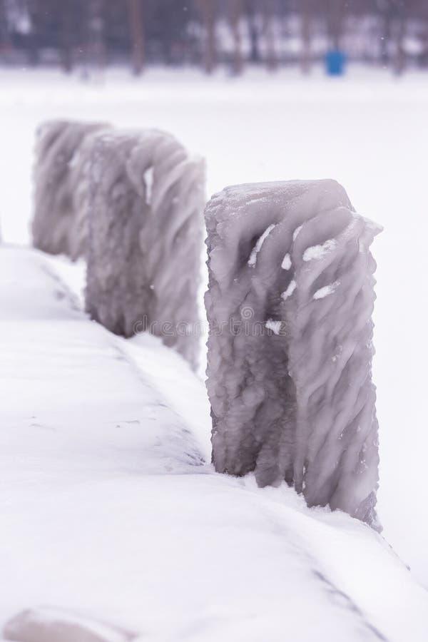 Kall vinterdag med många is på hamnen på sjön Balaton arkivfoto