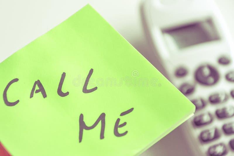 Kalla mig anmärkningen - kontakta oss begreppet för frågekundtjänstservice arkivfoton