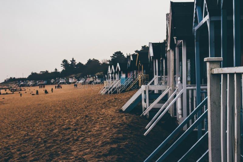 Kalla morgnar på stranden royaltyfri foto