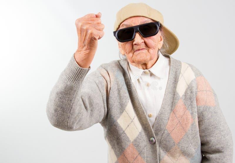 Kalla mormorkamper för hennes rätt royaltyfri fotografi