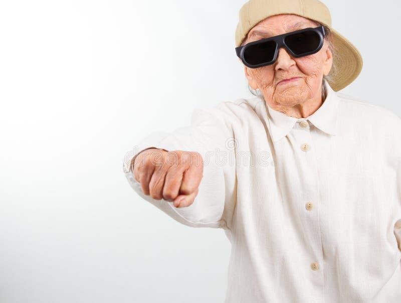 Kalla mormorsparkar med hennes näve royaltyfri foto