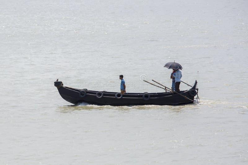 Kallad 'Sampan' i Karnafuli flodSadarghat områden, Chittagong, Bangladesh royaltyfri bild