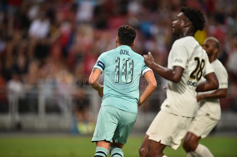 Kallang-Singapore-28Jul2018: Den Mesut Ozil 10 spelaren av arsenalen lurar royaltyfri foto