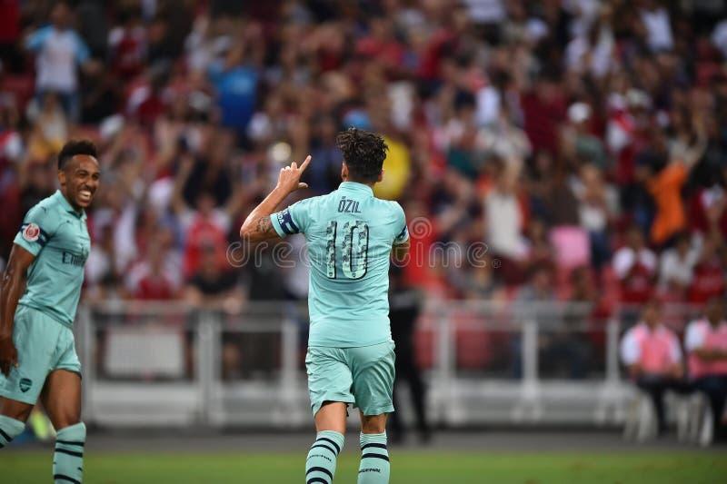 Kallang-Singapore-28Jul2018: Den Mesut Ozil 10 spelaren av arsenalen lurar royaltyfri fotografi
