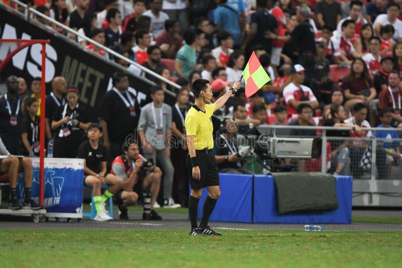 Kallang-Singapore 28 luglio 2018: Assistente arbitro nell'azione durante la i fotografia stock