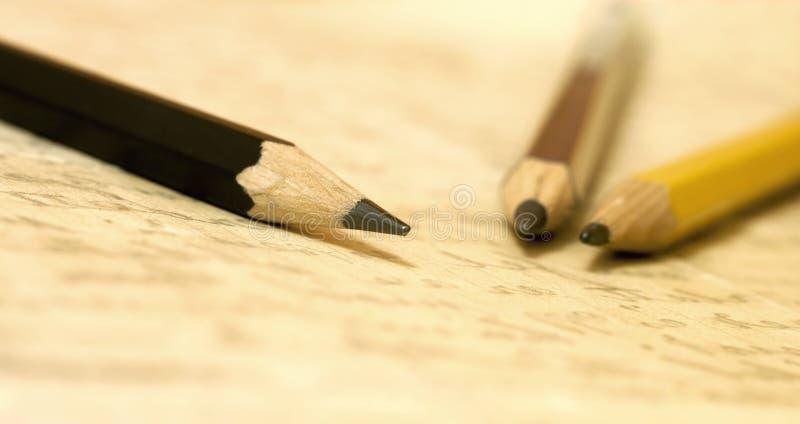 Kalligrafieconcept - potloden op met de hand geschreven brief royalty-vrije stock foto