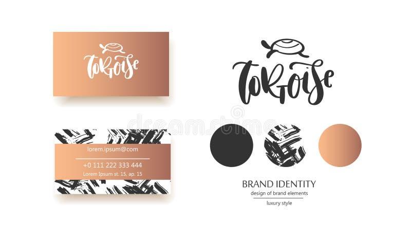 Kalligraphie ` Schildkröte ` Aufschrift mit Hand gezeichneter Schildkröte - Luxuslogodesign Paarvisitenkartedesigne eingeschlosse lizenzfreie abbildung