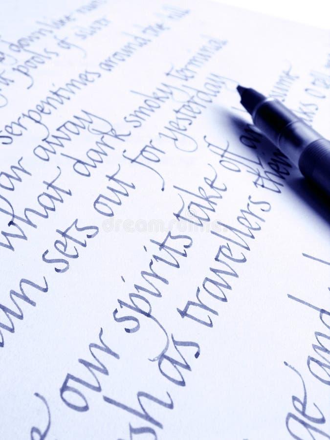 Kalligraphische Feder und Schreiben stockfoto
