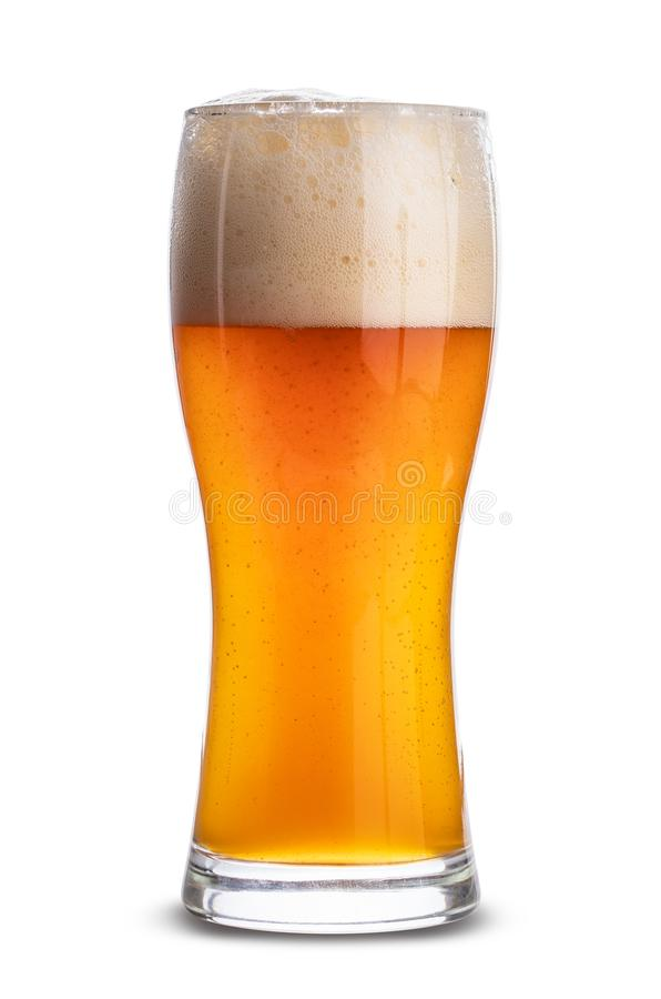 Kallt öl i ett exponeringsglas som isoleras på vit bakgrund Snabb bana arkivfoto