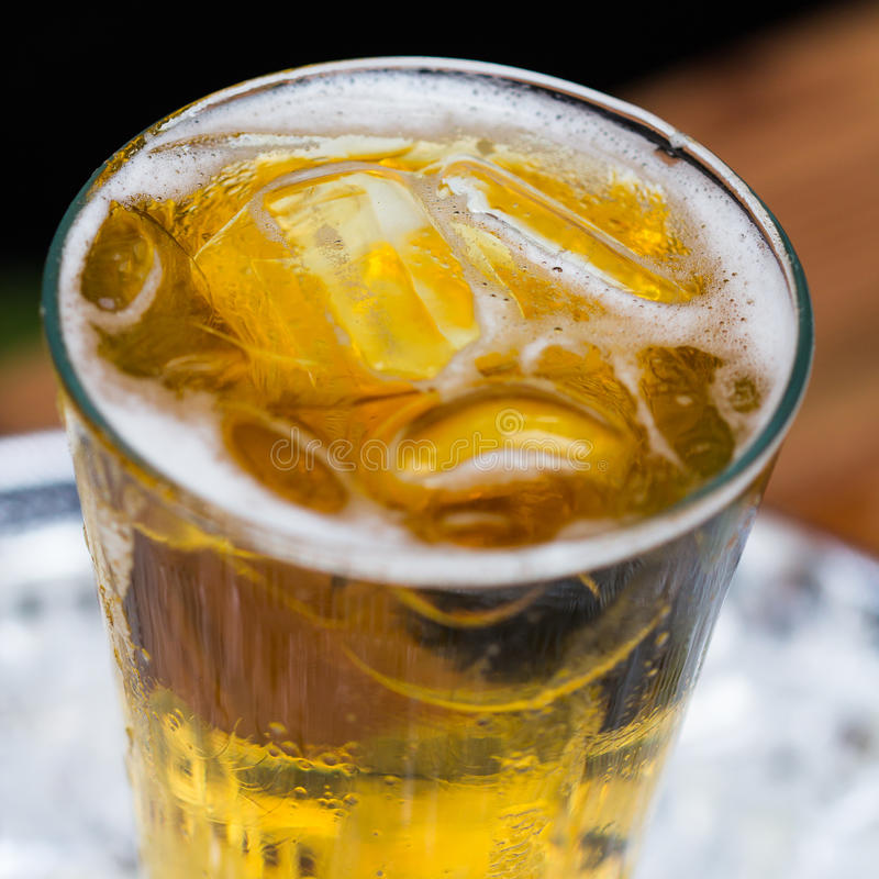 Kallt öl i exponeringsglas royaltyfri bild