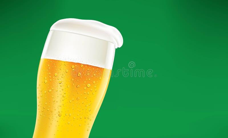 Kallt öl på grön bakgrund stock illustrationer