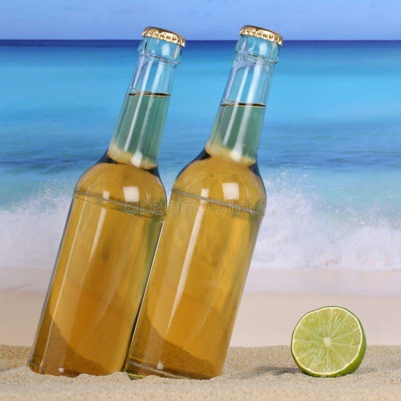 Kallt öl på stranden royaltyfri bild