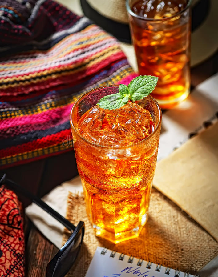 Kallt doftande te i ett exponeringsglas på den original- servetten, mintkaramellsidor royaltyfria bilder