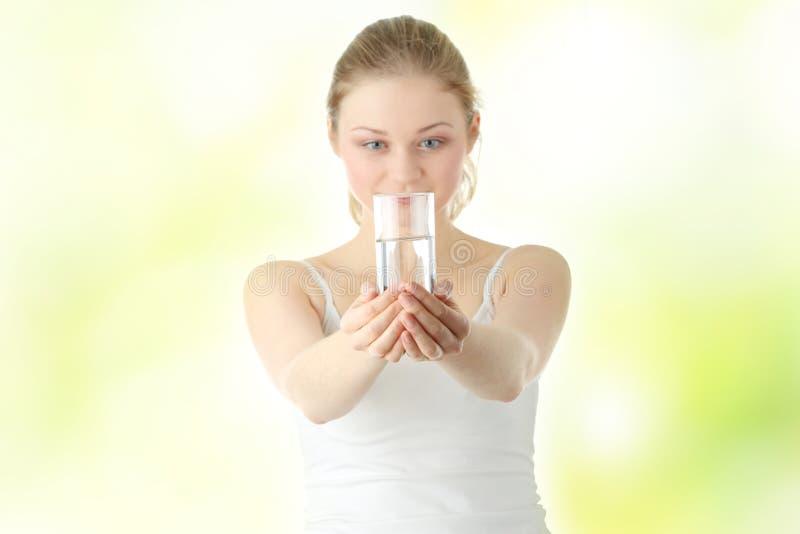 kallt dricka sötvattenkvinnabarn royaltyfri foto