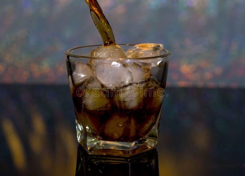 Kallt drink, is Iswhisky och cola royaltyfri bild