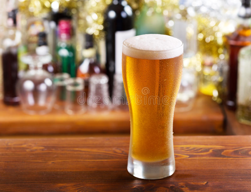kallt exponeringsglas för öl arkivfoton